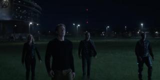 To być może najbardziej tajemnicze ujęcie - Avengers wychodzą ze swojej siedziby i patrzą w niebo; kilka amerykańskich portali popkulturowych stara się przekonać, że z ujęcia została wymazana tajemnicza postać - miałaby ona stać pomiędzy Bannerem a Rhodesem; brak brody na twarzy Capa może zaświadczać, że od pstryknięcia upłynęło już sporo czasu, dlatego najczęstszym typem odnośnie ewentualnie usuniętej postaci jest Tony Stark, względnie Carol Danvers