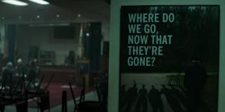 """Przyjrzyjcie się dokładnie plakatowi pytającemu: """"Gdzie się udamy, teraz, kiedy oni odeszli?"""" i wyglądowi ukazanego w tym ujęciu pomieszczenia; z lewej strony widzimy siedzące w kręgu postacie"""