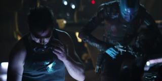 """To ujęcie ostatecznie potwierdza, że Tony i Nebula są razem na statku Benatar; nie jest jasne, co tworzą - zwraca się jednak uwagę, że scena ta przywodzi na myśl sposób, w jaki w filmie """"Iron Man"""" Tony budował swoją zbroję Mark I"""