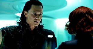 """Loki nazywający Czarną Wdowę """"my mewling quim"""" (w dosłownym tłumaczeniu: """"jęcząca ci..."""")"""