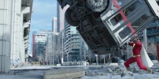 """Trzymanie autobusu - ta scena nawiązuje do komiksu """"Action Comics #1"""", pierwszego, w którym pojawił się Superman; na okładce Człowiek ze Stali trzymał na swoją głową samochód"""