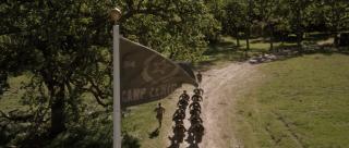 """Cap i Tony trafiają w 1970 roku do placówki S.H.I.E.L.D., która nosi nazwę Camp Lehigh – to tutaj Steve Rogers odbywał trening pokazany w filmie """"Captain America: Pierwsze starcie""""."""