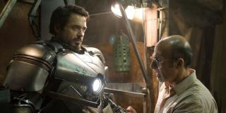 """W trakcie napisów końcowych, tuż po przedstawieniu Roberta Downeya Jr. w roli Iron Mana, wielu z Was dosłownie przez ułamek sekundy słyszy dzwon. To jednak nie dzwon – to uderzenia młota w kowadło, to samo, które towarzyszyło Starkowi w trakcie zakładania przez niego pierwszej zbroi w filmie """"Iron Man""""."""