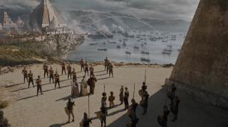 9. Oblężenie Meereen (s06e09) - piękne, spektakularne ujęcia ostrzału miasta, szarży Dothraków i Daenerys pokazującej swoją potęgę. Począwszy od startu na grzbiecie Drogona po przelot nad armadą handlarzy niewolników - dostajemy coś, co po wsze czasy wywołuje ciarki po plecach. Jedna z najbardziej klimatycznych scen serialu.