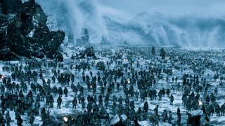 """2. Bitwa pod Hardhome (s05e08) - jedno z najbardziej efektownych i najdroższych starć w serialu. Ta bitwa (a właściwie masakra) to pierwsza tego typu scena, której twórcy nie zamierzali przedstawić w oszczędny - jak wcześniej - sposób. Zdjęcia trwały miesiąc, a całość Kit Harrington określił jako """"dwukrotnie większy wysiłek, niż podczas kręcenia bitwy o Czarny Zamek"""". W tej walce Jon Snow i kilku członków Nocnej Straży połączyli siły z Dzikimi w obliczu zagrożenia ze strony Innych."""