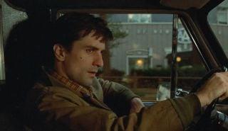 """Stylistycznie """"Joker"""" w kilku momentach nawiązuje do """"Taksówkarza"""" Martina Scorsese – widać to także w przykładaniu do głowy dłoni ułożonej w kształt pistoletu czy w obsesji na punkcie Thomasa Wayne'a (podobnie jak główny bohater """"Taksówkarza"""", Travis Bickle, wykazywał obsesję na punkcie ważnego polityka)."""