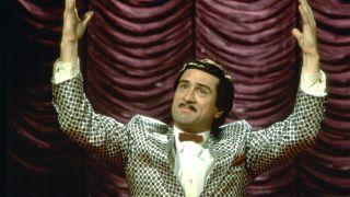 """W filmie da się odnaleźć czytelne nawiązania do """"Króla komedii"""" w reżyserii Martina Scorsese. W tej ostatniej produkcji Robert De Niro wcielił się w aspirującego komika Ruperta Pupkina, który przejawiał obsesję na punkcie znanego gospodarza telewizyjnego talk show, Jerry'ego Langforda. W dodatku Pupkin liczył, że pewnego dnia uda mu się pojawić w programie."""