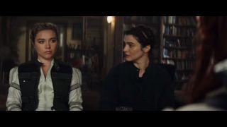 """Komentatorzy w sieci zwracają uwagę, że kamizelka, którą w jednym z ujęć ma na sobie Yelena, jest dokładnie tą samą, z której Natasza korzystała w filmie """"Avengers: Wojna bez granic"""". Jeśli nie jest to przypadek, Romanow założyła ją najprawdopodobniej w ramach hołdu – czas pokaże, czy oznacza to, że Belova w """"Czarnej Wdowie"""" straci życie."""