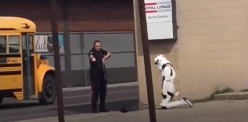 Star Wars - policja z Kanady rozbroiła dziewczynę w stroju szturmowca. W sieci wrze