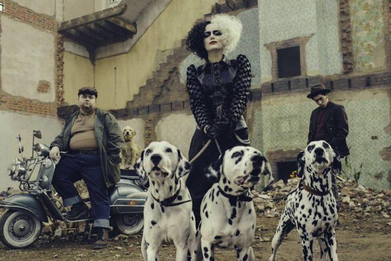 Cruella - Mark Strong opowiada o pracy na planie filmu o genezie kultowej antagonistki