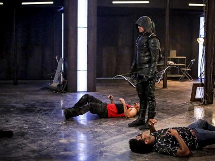 5. sezon Arrow: nowe wideo i zdjęcia. Plakat na 75-lecie herosa