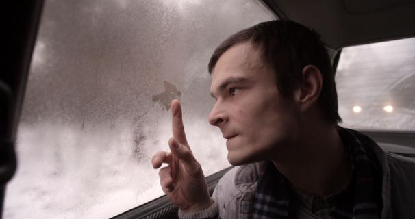 Dawid Ogrodnik jako znakomity polski pianista jazzowy. Zobacz zdjęcie