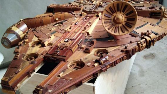 Zobacz imponującego drewnianego Sokoła Millennium z Gwiezdnych Wojen