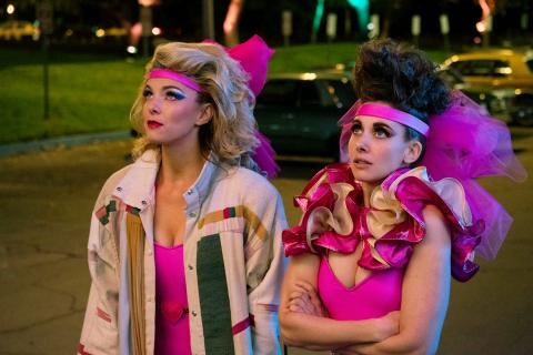 GLOW - zwiastun 3. sezonu serialu. Dziewczyny podbijają Las Vegas