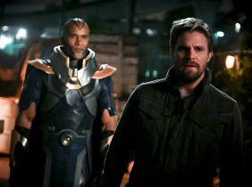 Arrow - Monitor coraz częściej przy Oliverze. Zdjęcia z kolejnego odcinka