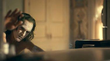 Joker - sieć kin w USA ostrzega rodziców. Joaquin Phoenix nie wychodził z roli na planie?