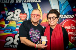 WOŚP 2020: Olga Tokarczuk przekazuje replikę medalu noblowskiego