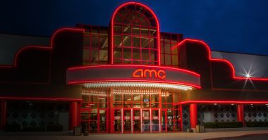 Warner Bros i Universal planują kupić kina dla ratowania branży? Szefowe firm odpowiadają