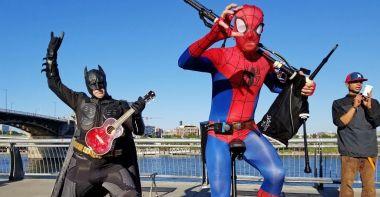 Batman gra na ukulele, Spider-Man przerywa mu dudami. Banał? Milion wyświetleń już jest