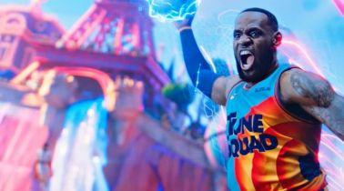 Kosmiczny mecz 2 - LeBron James i członkowie drużyny Looney Tunes na plakatach promujących film