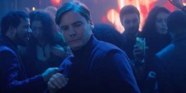 Fani nalegali, Marvel odpowiada: oto taniec Zemo z The Falcon and the Winter Soldier