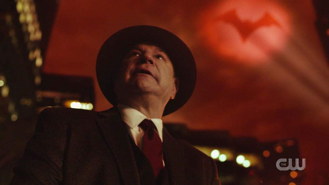"""Już w pierwszych minutach crossoveru pokazywane są Ziemie, które zostają zniszczone przez falę antymaterii. Pierwszą z nich jest Ziemia-89 – w 1989 roku na ekrany kin wszedł film """"Batman"""" w reżyserii Tima Burtona. Na ławce w Gotham City widoczna jest postać z tej produkcji, dziennikarz Alexander Knox, dawny współpracownik Vicki Vale, który czyta gazetę o Batmanie pokonującym Jokera. Później patrzy on w niebo szukając bat-sygnału."""