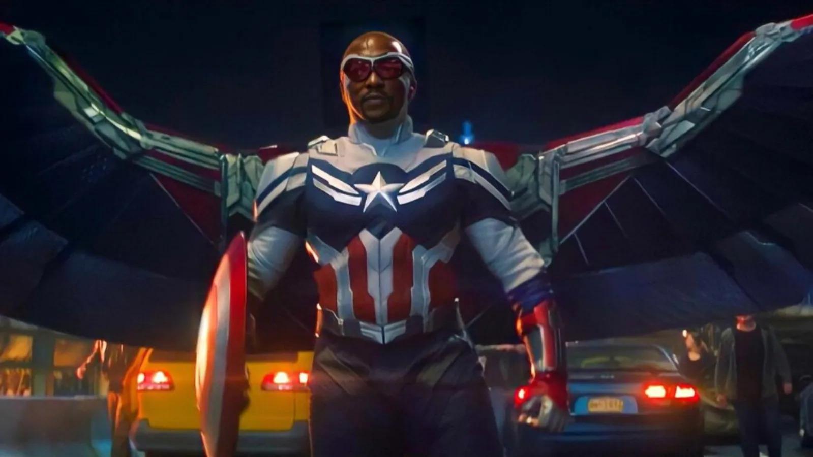 """Kostium Sama w roli Kapitana Ameryki jest wyraźnie wzorowany na tym, który widzieliśmy w komiksach. W MCU wprowadzono jednak kilka zmian: uproszczono symbol gwiazdy na klatce piersiowej, zwykłe rękawiczki zastąpiono rękawicami wzmocnionymi metalowym ochraniaczem. Do tego umieszczone na plecach i prawdopodobnie wykonane z vibranium skrzydła zwiększają rozpiętość (w komiksach """"wyrastały"""" spod ramion). Trzeba też dodać, że wizjer umożliwia Wilsonowi termowizję, a Redwingowi towarzyszą podobne do niego drony."""