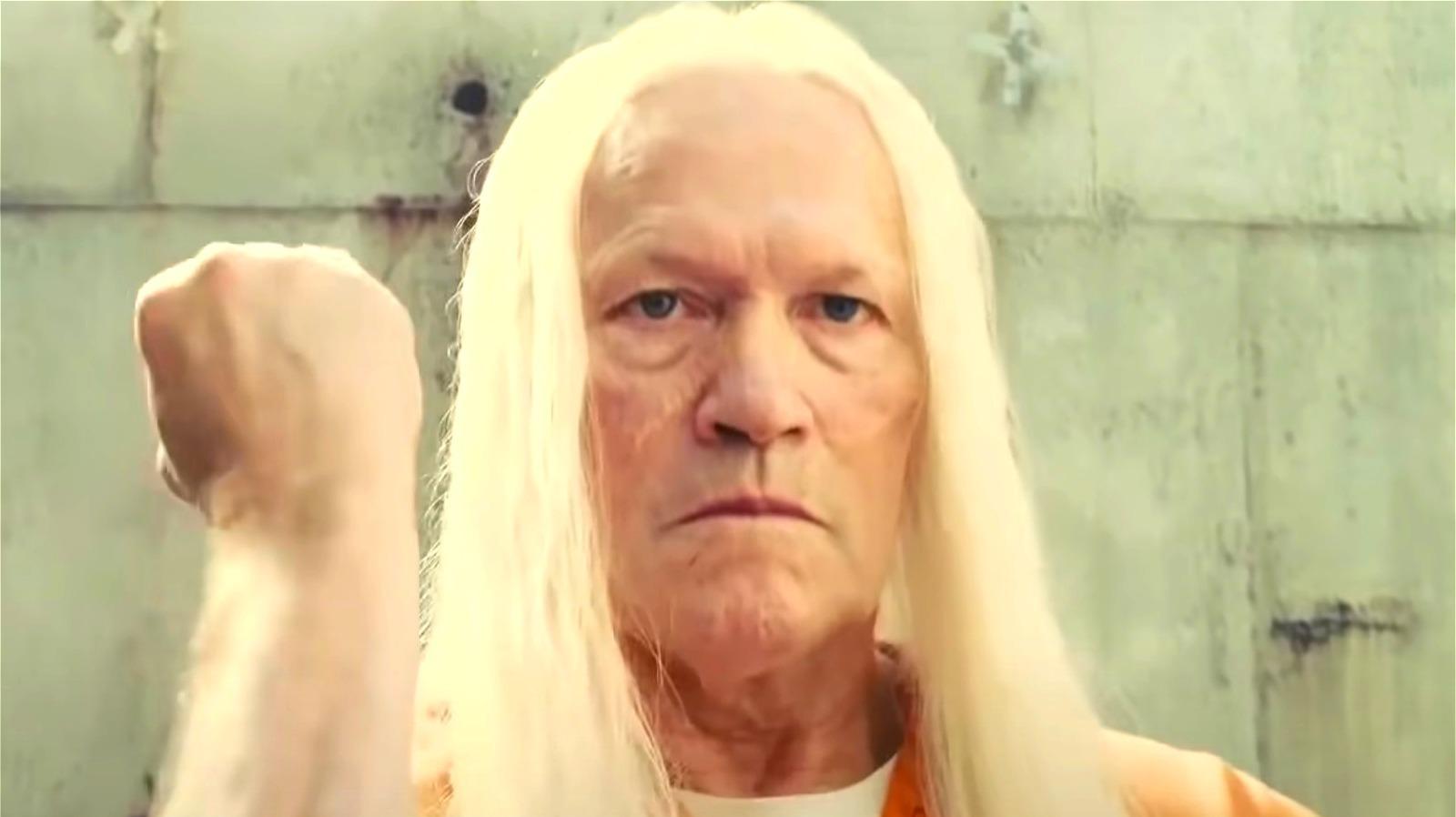 """Sekwencji otwierającej towarzyszy utwór """"Folsom Prison Blues"""" Johnny'ego Casha. Co ciekawe, legendarny muzyk napisał słowa tej piosenki po zobaczeniu telewizyjnego dokumentu o słynnym więzieniu Folsom położonym w stanie Kalifornia – James Gunn przyznał, że dzięki wykorzystaniu tego utworu chciał zbudować analogię do więzienia Belle Reve, w którym przetrzymywani są członkowie Suicide Squad."""